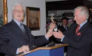 Einen Oscar überreichte DSV-Präsident Rolf Bähr Manfred Meyer (r.) anlässlich des Empfangs zum Ende von dessen Präsidentschaft.